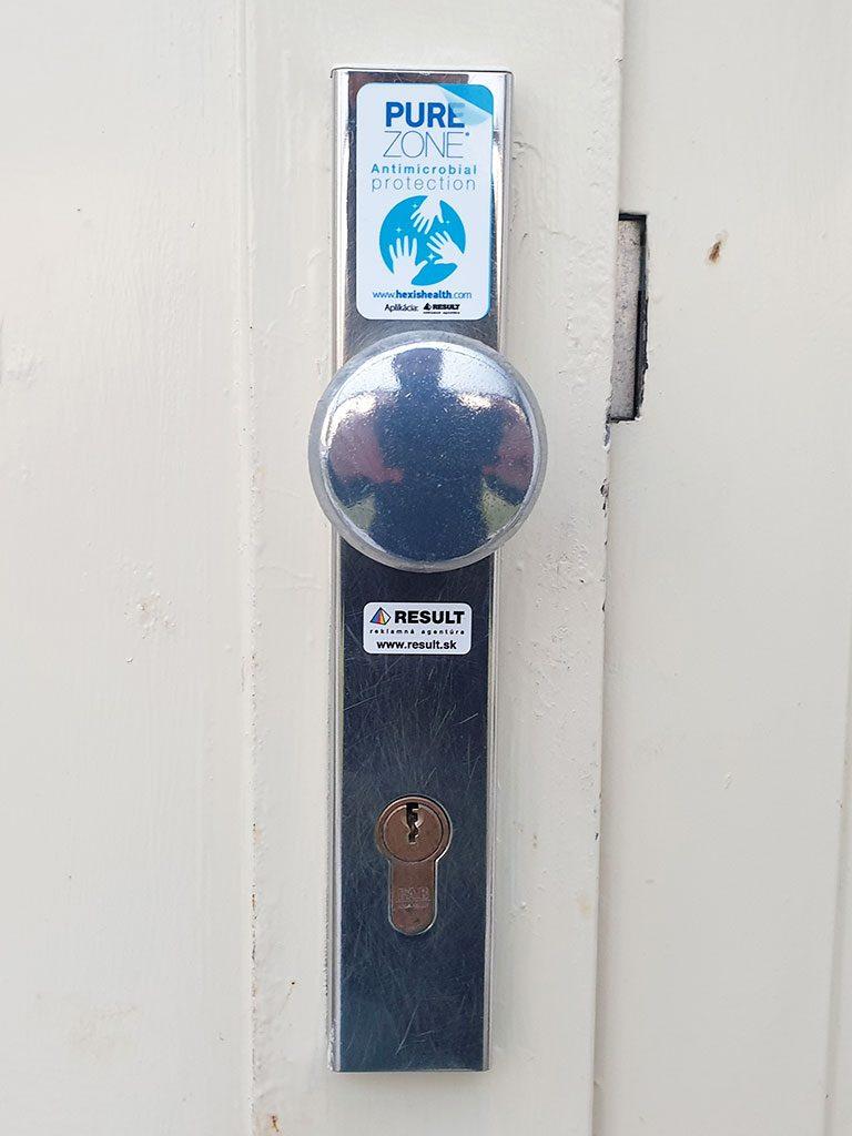 Aplikácia fólie na kľučku bytového domu