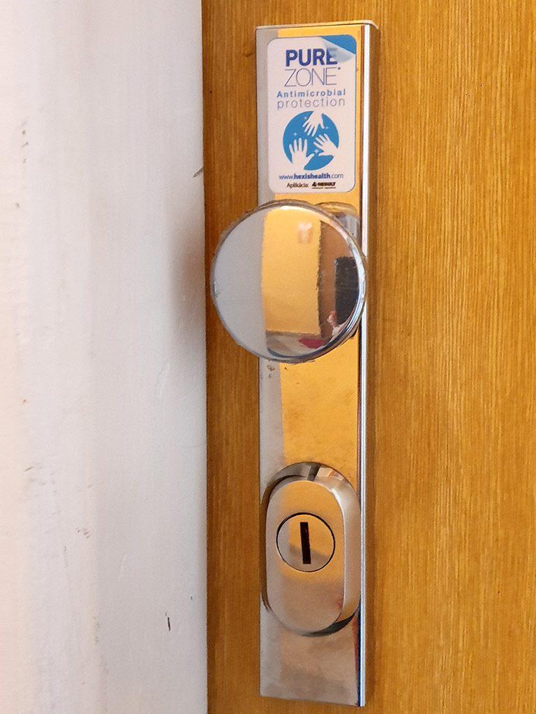 Aplikácia fólie na guľu dverí